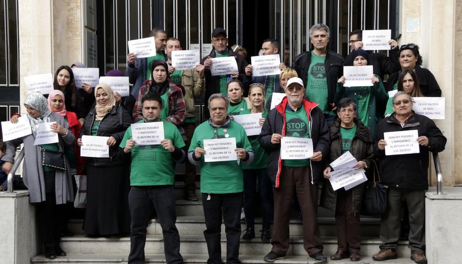 Una trentena d'activistes de la PAH concentrats a les escales d'accés els jutjats de Tarragona.