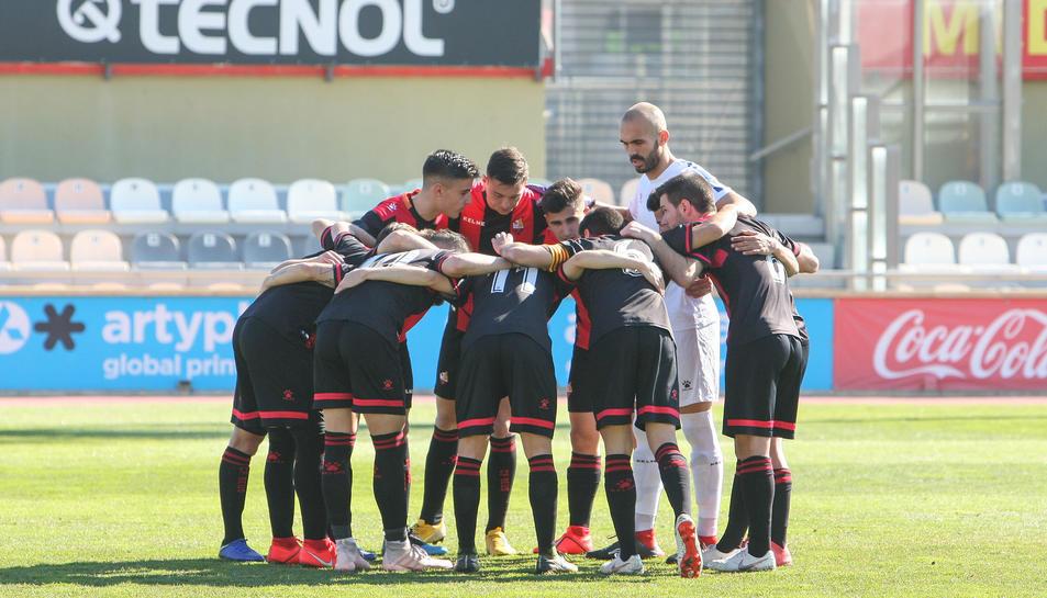 Els jugadors del Reus B es conjuren abans del partit contra el Martinenc del passat diumenge a l'Estadi Municipal de Reus.