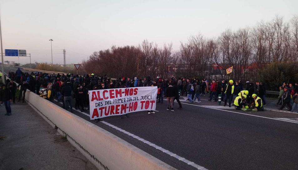 Prop de 500 manifestants tallen l'A-27 a Tarragona, concretament l'accés al Port.