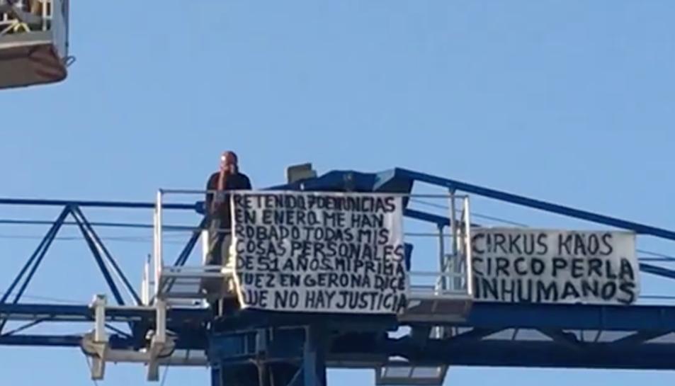 L'home ha desplegat una pancarta reivindicant la seva situació.