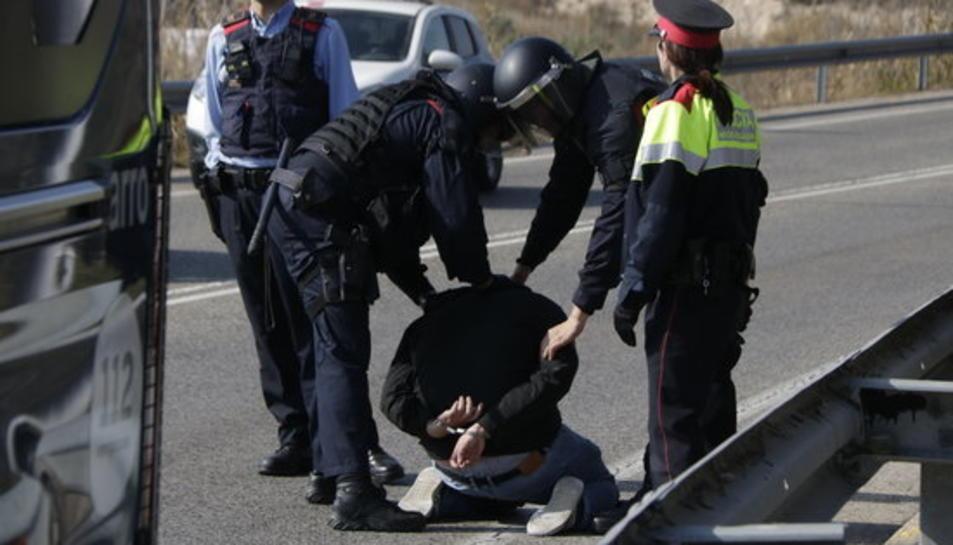 El detingut pels Mossos d'Esquadra, a terra, al costat de diversos agents, en l'intent d'accés a l'AP-7 a Tarragona.
