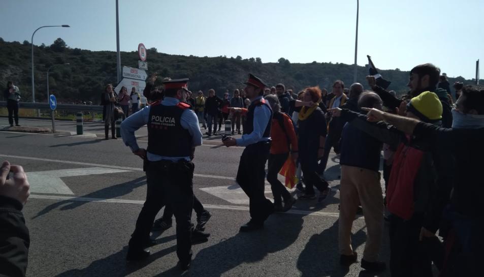 Tensió entre policia i manifestants