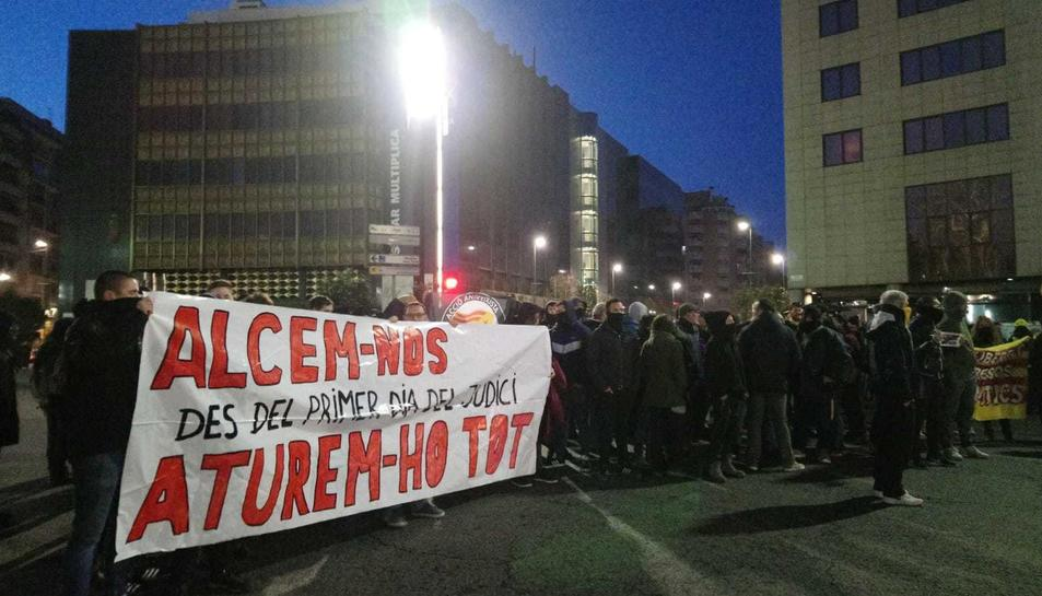 Imatge dels manifestants concentrats a la Imperial Tàrraco.