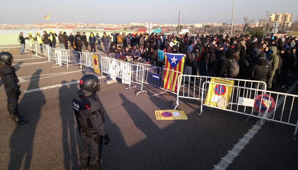 Imatge dels Mossos davant el tall de l'A-27 a Tarragona.