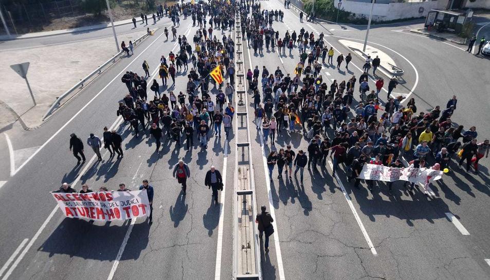 imatge dels manifestants durant la seva marxa per la N-240 a Tarragona.