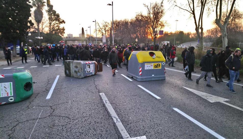 Els manifestants han tombat contenidors al mig de l'N-340 a Tarragona.