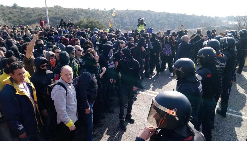 Imatge dels Mossos d'Esquadra davant dels manifestants.