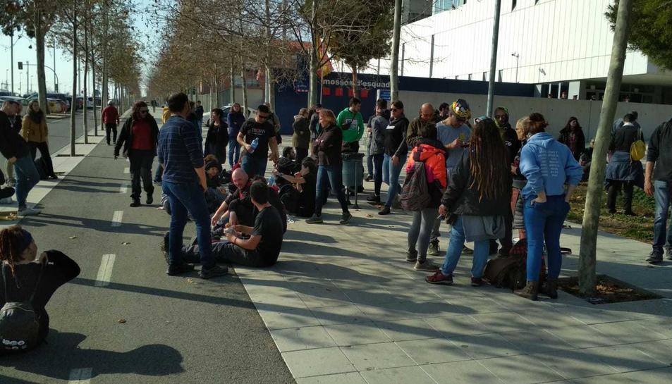 Imatge dels concentrats davant la comissaria de Campclar.