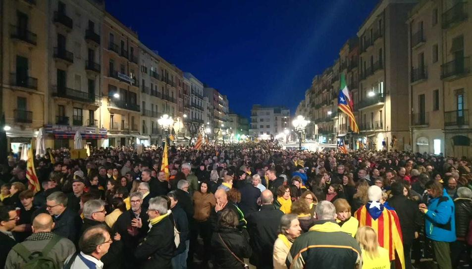 Una gran multitud de persones s'han concentrat a la Plaça de la Font.