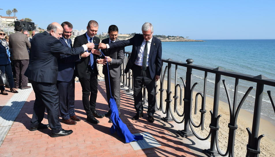 Joan Sabaté, Àlvaro Sánchez, Josep Maria Cruset, Damià Calvet i Josep Fèlix Ballesteros destapant la placa davant del 'balconet'.