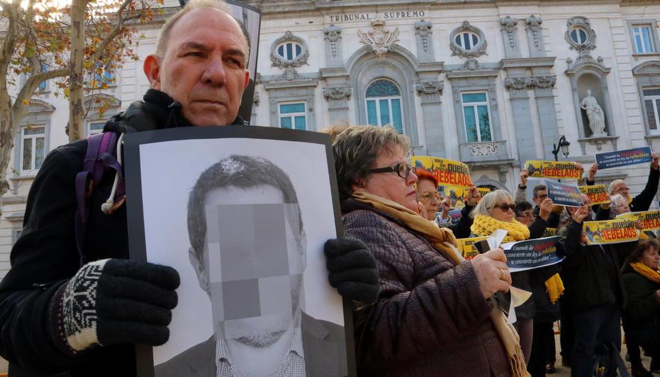 Manifestants a les portes del Suprem de membres de col·lectiu 'silenci, rebel·leu-vos', el passat 19 de febrer.