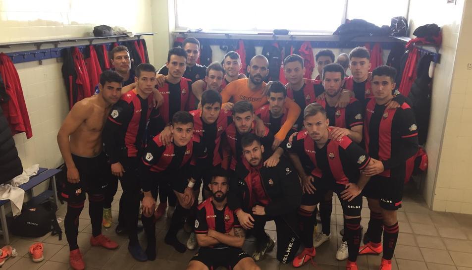 Els jugadors del filial, al vestidor després de la victòria ahir a Figueres, amb el gest seriósl