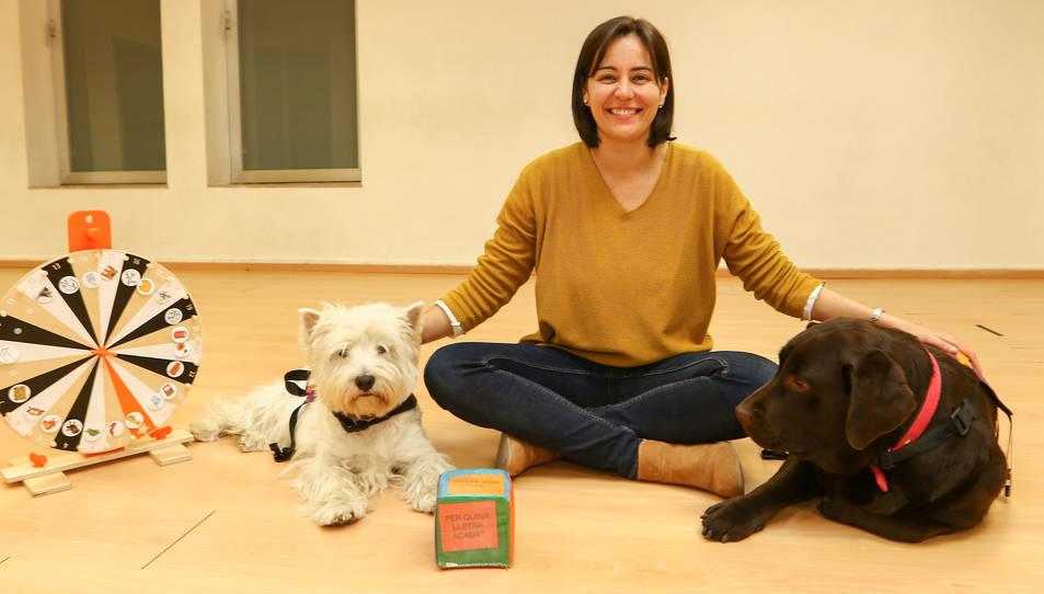 Raquel Luna amb els gossos de teràpia Lolo i Mel, al Centre Cívic i Cultural El Colomí de Vila-seca.