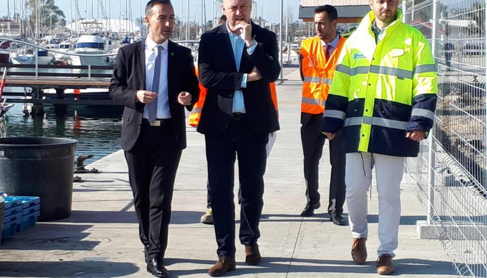 El gerent de Ports de la Generalitat, Joan Pere Gómez, i l'alcalde de Sant Carles de la Ràpita, Josep Caparrós, fent una visita d'obres al port municipal.