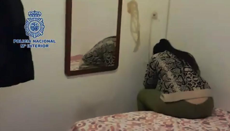 Els agents van trobar la noia de 15 anys despullada i amagada en un armari.