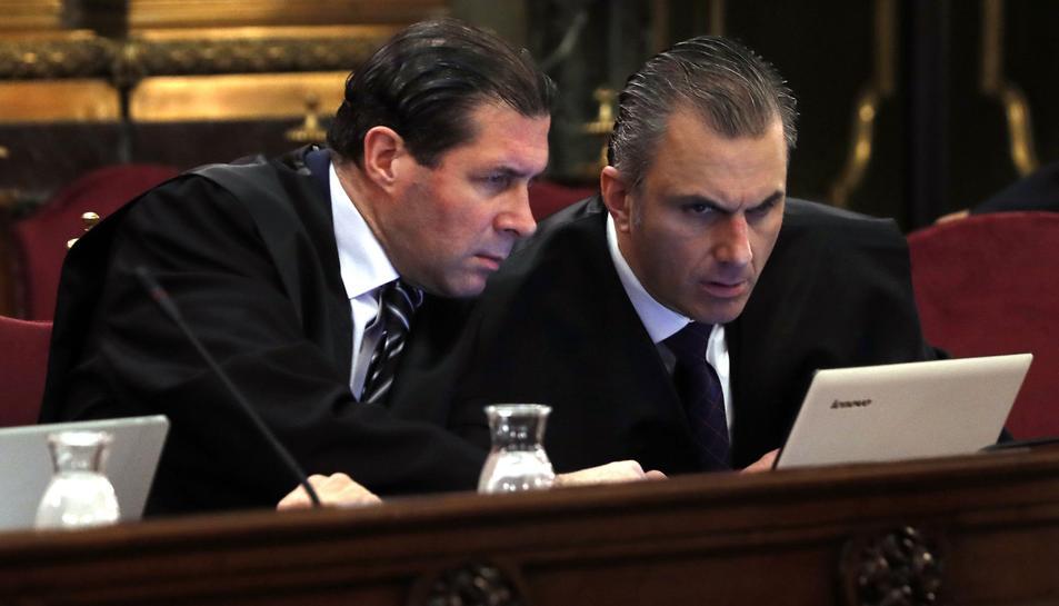 El secretari general de Vox, Javier Ortega, i el vicesecretari jurídic del partit, durant la primera jornada del judici.