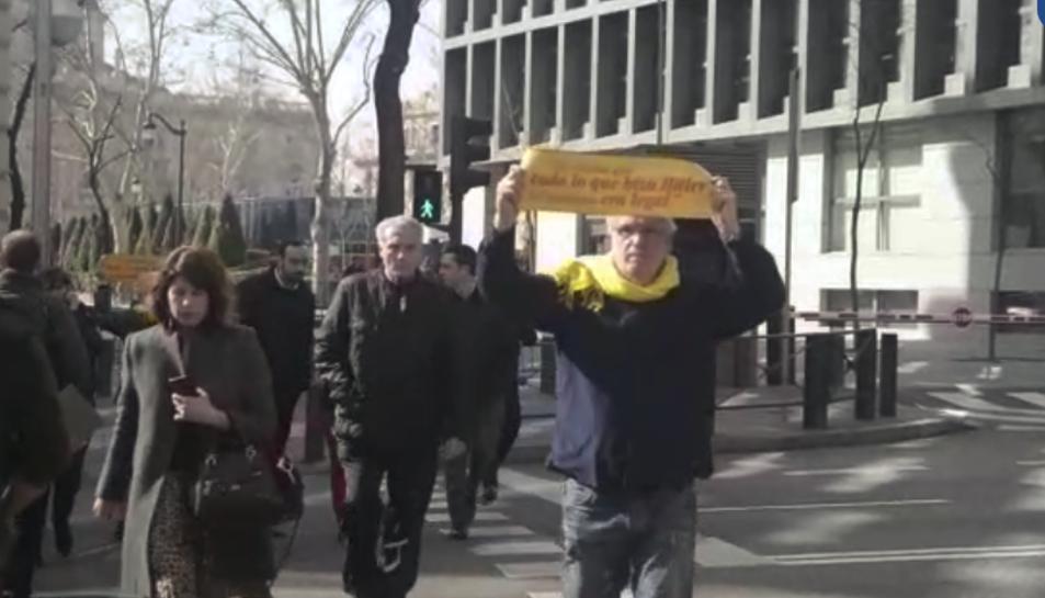 Imatge de Lluís Pastrana realitzant l'acció de protesta de 'Silenci, rebel·leu-vos' davant del Tribunal Suprem.