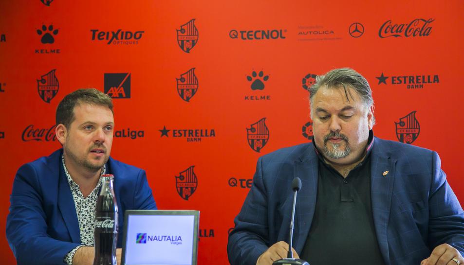 Clifton Onolfo, a la dreta, a la sala de premsa del CF Reus, acompanyat del seu intèrpret, diferent al que tenia abans.
