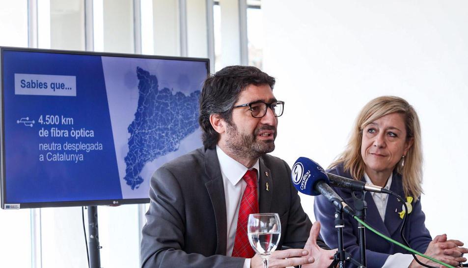 El conseller de Polítiques Digitals, Jordi Puigneró, i l'alcaldessa de Vilanova i la Geltrú, Neus Lloveras, presentant la connexió de fibra òptica pública.