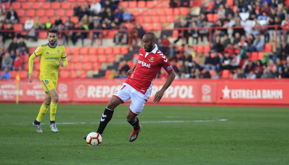 José Kanté controla una pilota contra el Cádiz