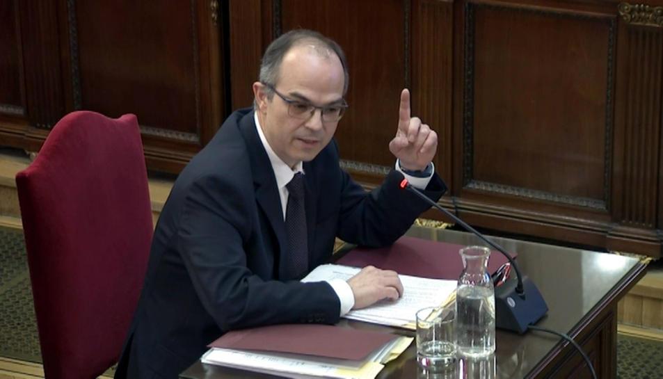 L'exconseller de la Presidència Jordi Turull alçant el dit índex mentre respon les preguntes del fiscal.