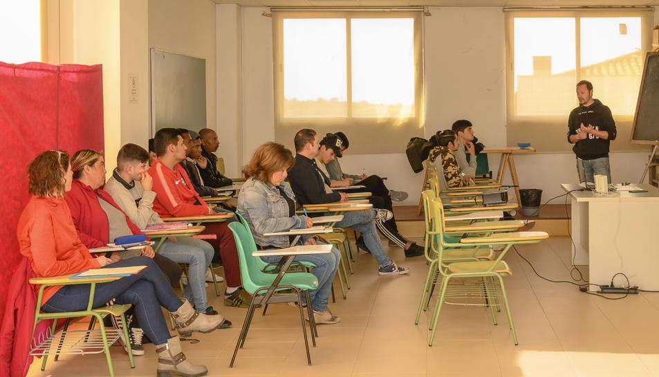 El curs es realitza a la Biblioteca Municipal de Constantí de dilluns a divendres.