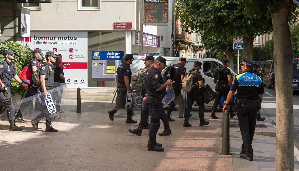 La policia nacional marxant de l'hotel Gaudí de Reus.
