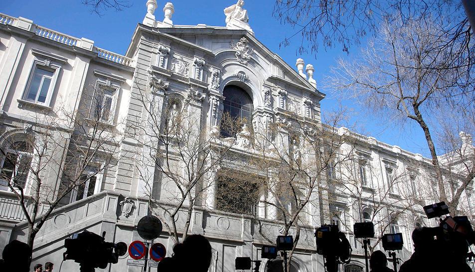 Façana principal del Tribunal Suprem, amb periodistes en primer terme.