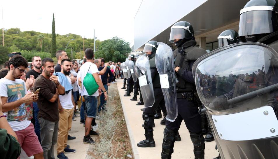 Cordó policial de Guàrdies Civils antiavalots, davant del Pavelló Firal de Roquetes.