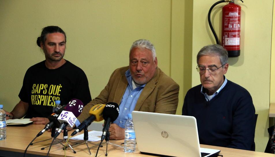 El portaveu de Cel Net, Josep M. Torres, l'alcalde, Pere Guinovart, i Xavier Roca, de la UPC.