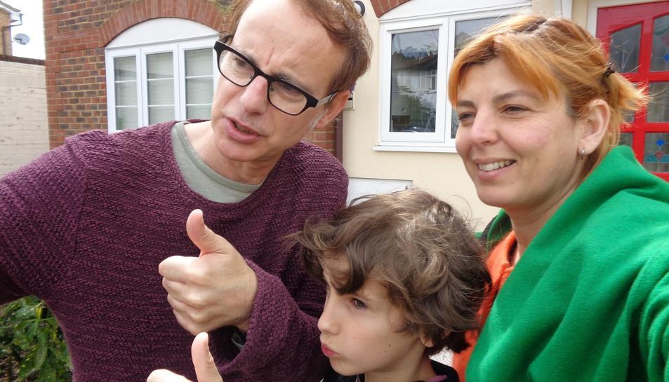 Nuría Serrano, Lluís Gavaldà i el seu fill LLuc el dia que van rebre les claus de la seva casa.