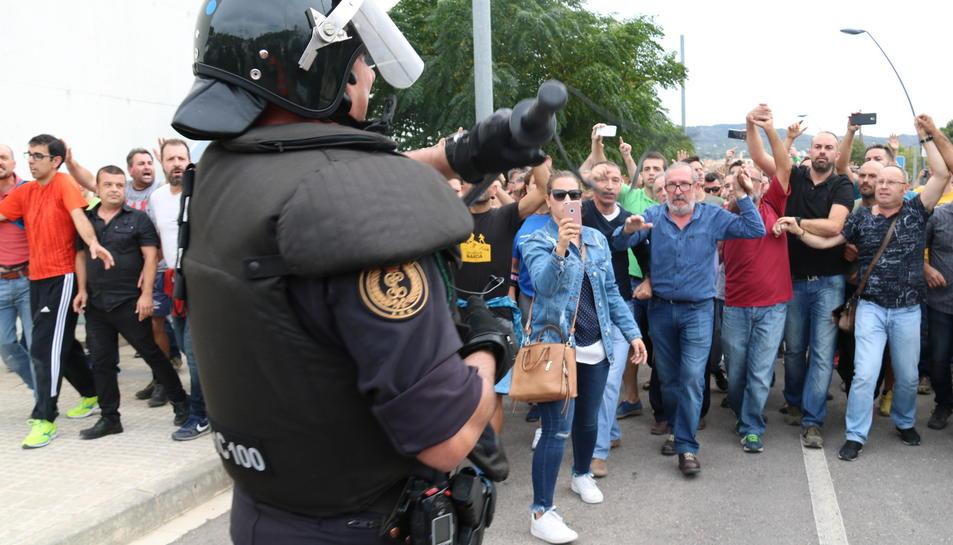 Un agent de la Guàrdia Civil ensenyant la porra als ciutadans que els increpaven per la seva actuació a Roquetes.
