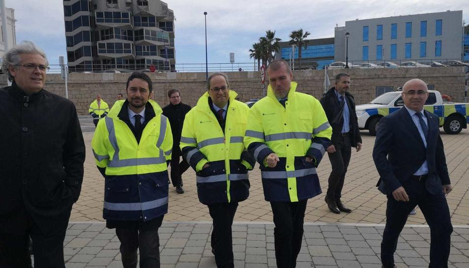 Quim Torra, al centre de la imatge, durant la seva visita al Port de Tarragona