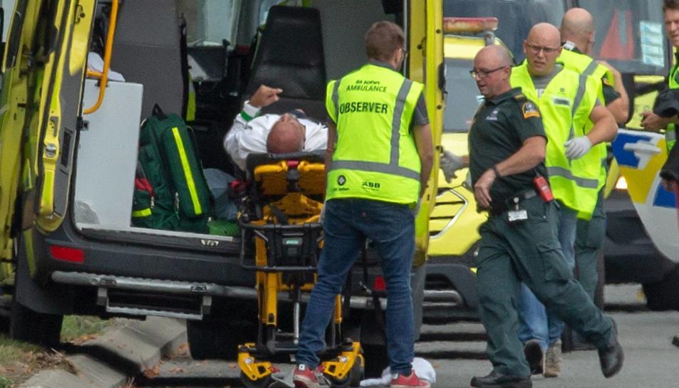 Imatge d'efectius sanitaris atenent un dels ferits en el doble atemptat de Nova Zelanda.