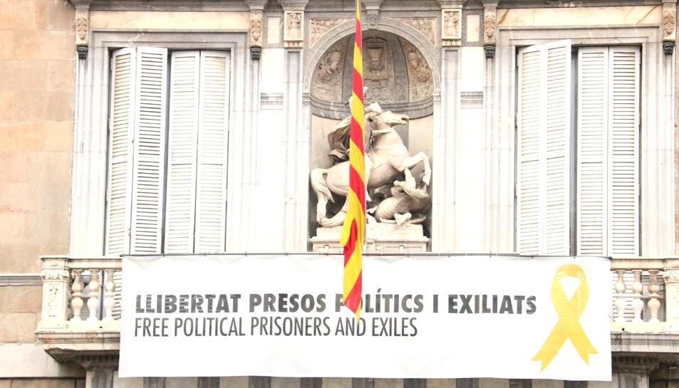 Pancarta que encara es manté a la façana del Palau de la Generalitat.