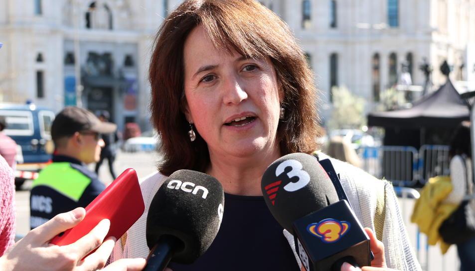 La presidenta de l'ANC, Elisenda Paluzie, en una atenció als mitjans a la plaça de Cibeles de Madrid