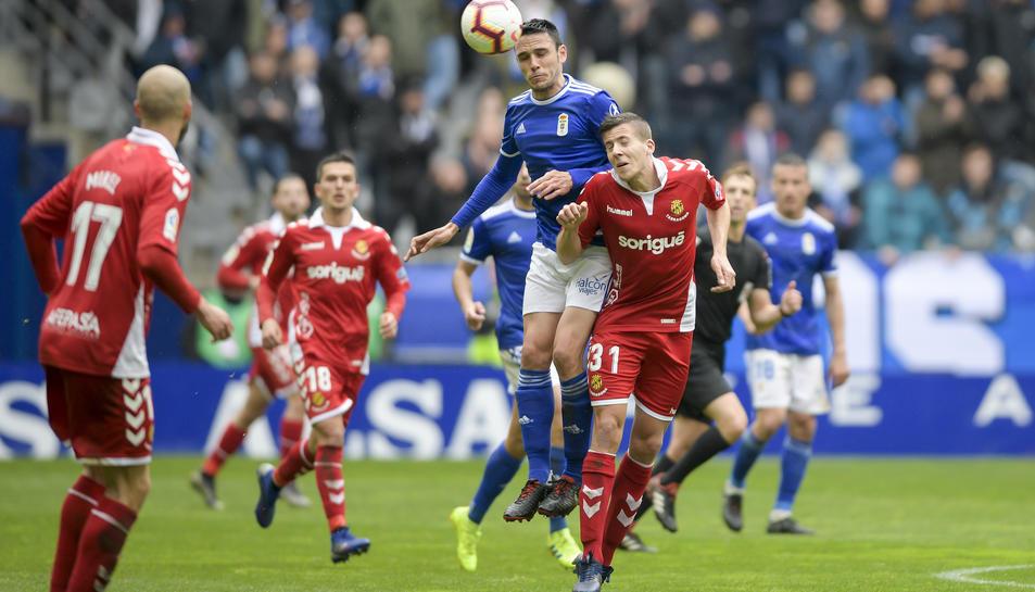 El centrecampista del Nàstic Viti, durant un salt amb Ramon Folch en una acció del partit al Carlos Tartiere contra l'Oviedo.