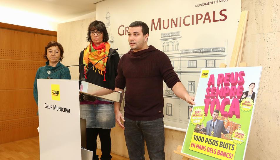 Mariona Quadrada, Marta Llorens i Edgar Fernández, amb els cartells de la seva contracampanya.