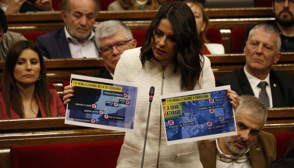 Imatge d'arxiu de la líder de Cs a Catalunya, Inés Arrimadas, mostrant unes fotografies amb fotogrames d'un programa de TV3.