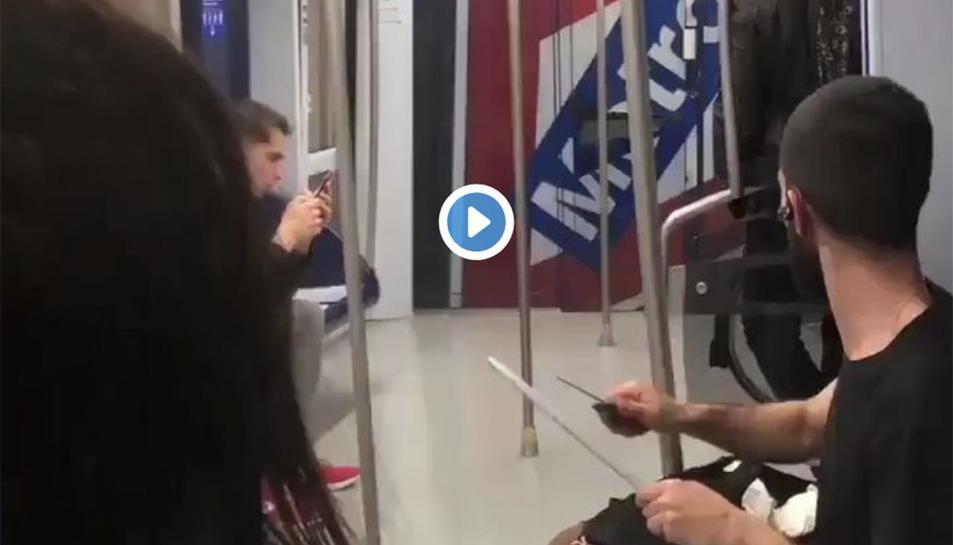 Imatge enregistrada per un usuari de l'home esmolant el ganivet.