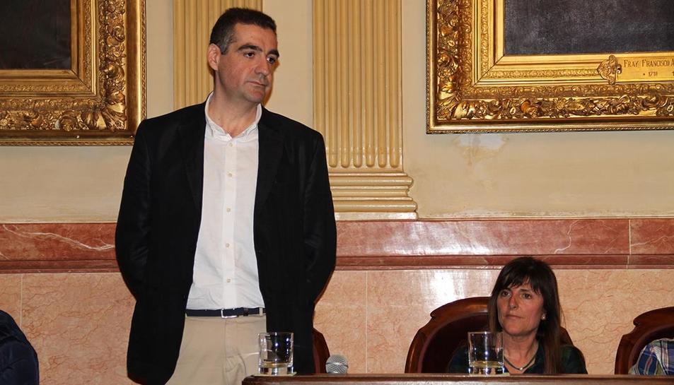 Montes en el mment de ser nomenat regidor al plenari municipal de Vilanova i la Geltrú.