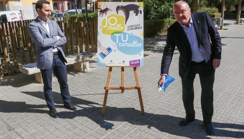 El regidor Dani Rubio i l'alcalde Carles Pellicer van presentar la campanya 'Jo mullo, tu remulles'.