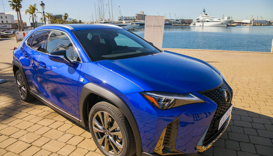 Un dels models de l'UX 250 a la venda, que va ser presentat al Moll de Costa de Tarragona.