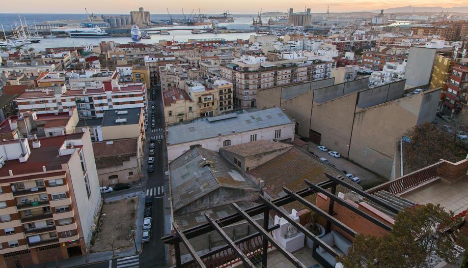 Les restes arqueològiques es troben sota les naus industrials que limiten amb el Teatre Romà.
