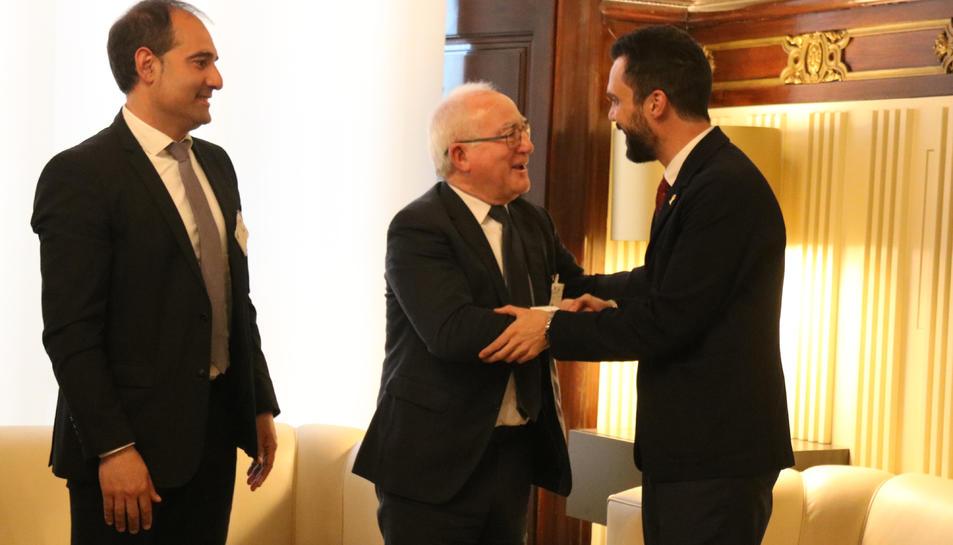 El president del Parlament, Roger Torrent, saluda l'advocat Paco Zapater, un dels impulsors de la llei per protegir les oliveres de la Ribera d'Ebre.