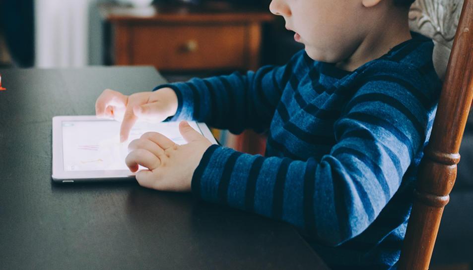 L'aplicació per la qual es busquen fons serveix per ajudar a llegir els nens.