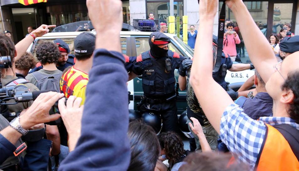 Moment en què els Mossos d'Esquadra han desallotjant els manifestants al Departament d'Exteriors.