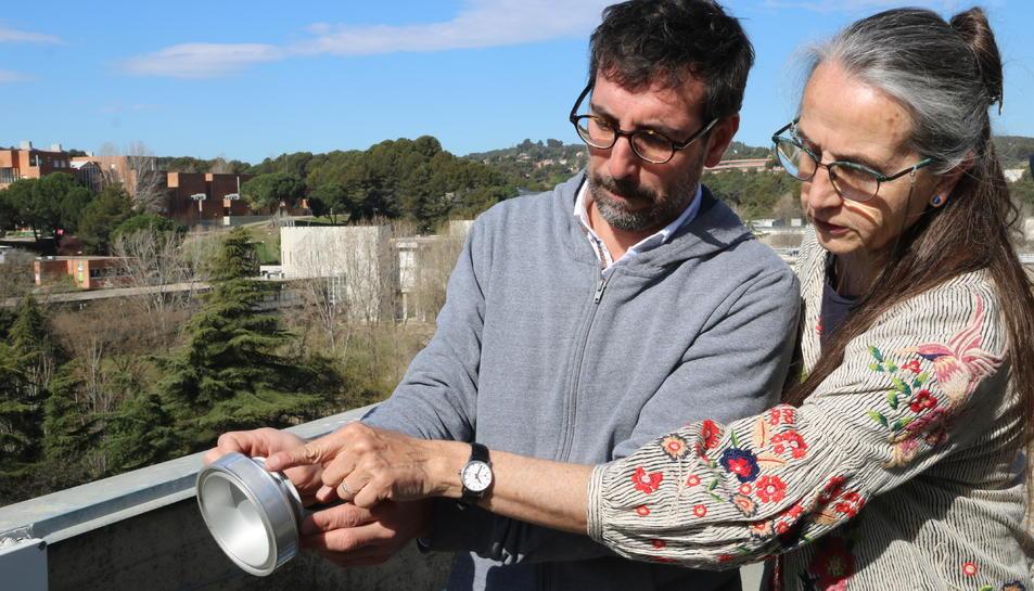 Imatge de Jordina Belmonte i un altre investigador amb un dels captadors de pol·len.