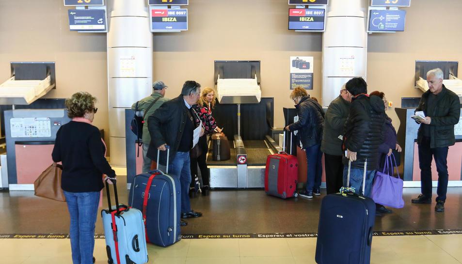Els darrers pensionistes que faran ús de la connexió aquesta temporada, ahir a l'Aeroport de Reus.
