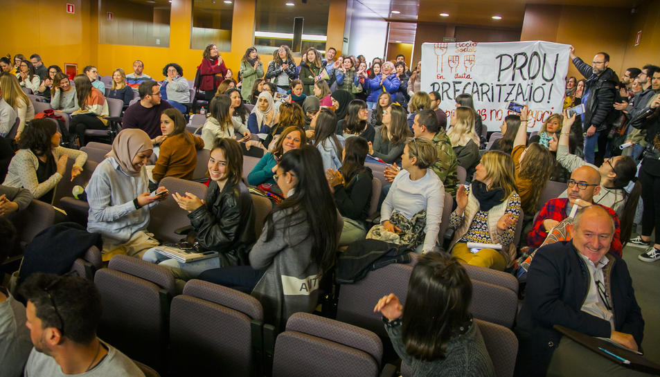 Educadors socials protesten, ahir, contra la «precarització» del sector a l'Aula Magna de la URV.